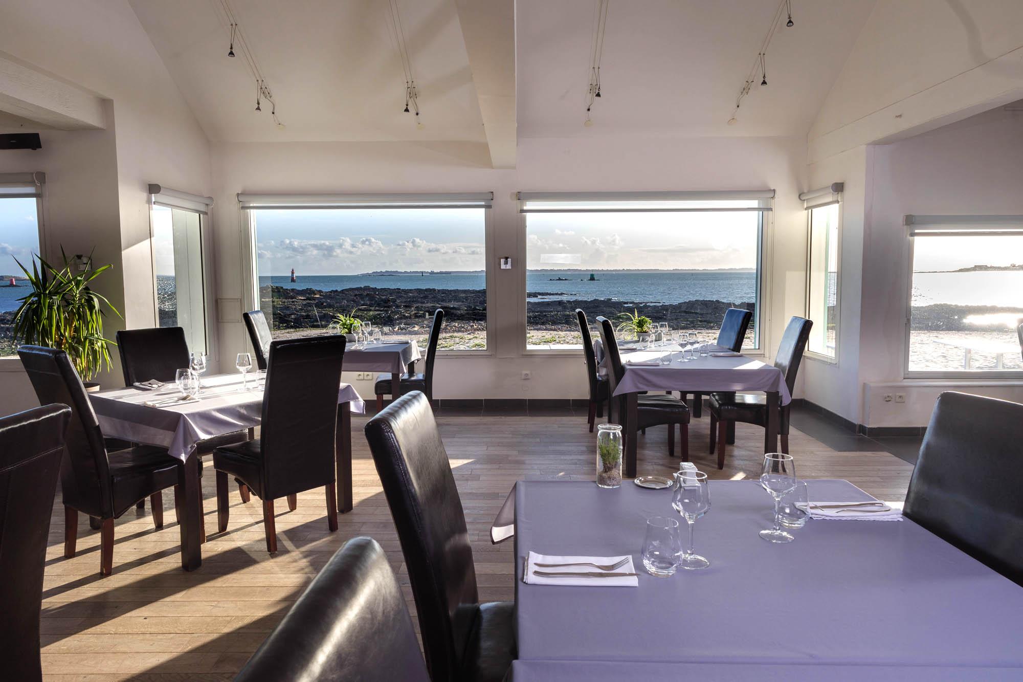 Salle de reception vue mer - restaurant La Grande Plage a Port Louis-01