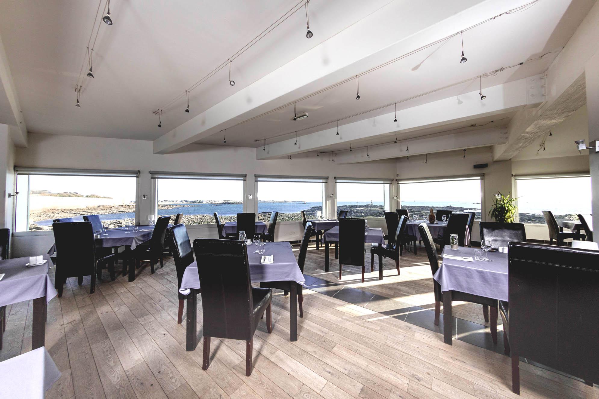 Salle de reception vue mer - restaurant La Grande Plage a Port Louis-03